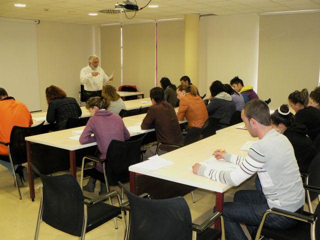 El ayuntamiento continúa formando a desempleados y trabajadores para mejorar su formación, Foto 1