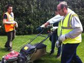 Jóvenes desempleados realizan prácticas de jardinería en espacios municipales en el marco del Proyecto Labor
