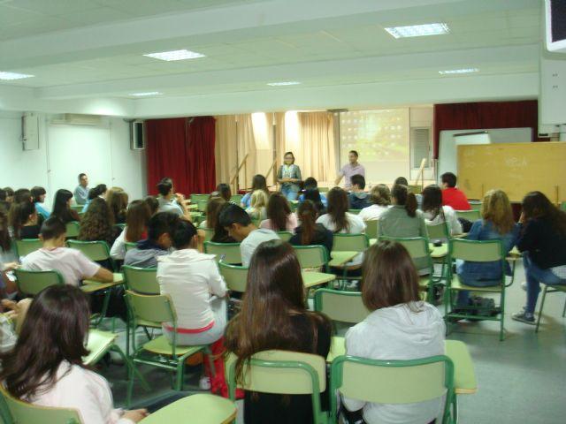 Mas de 200 jóvenes participan en las charlas que imparte la Fundación FADE, Foto 1