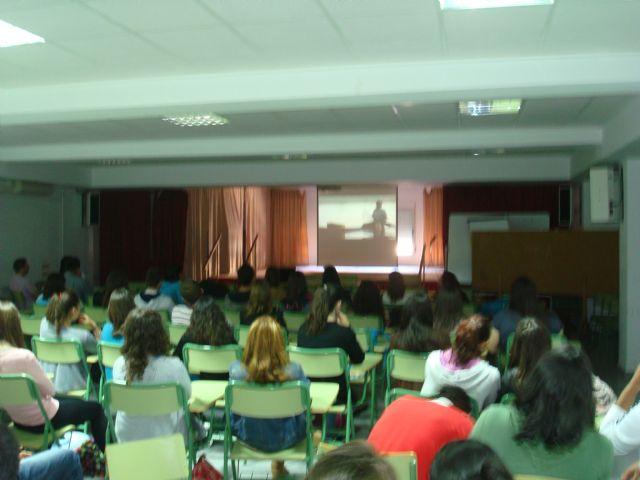 Mas de 200 jóvenes participan en las charlas que imparte la Fundación FADE, Foto 2