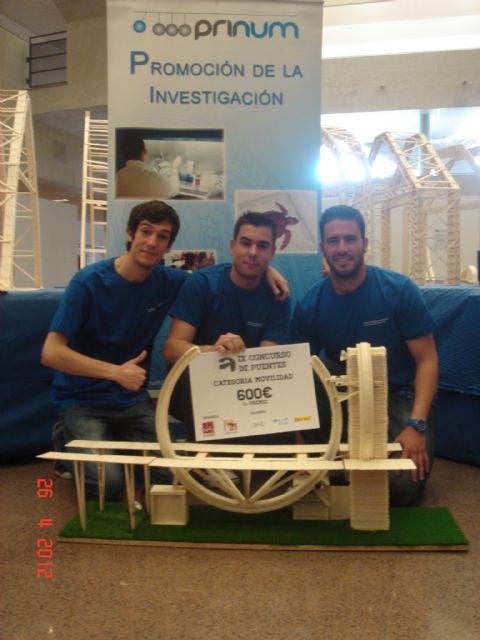 La Universidad de Murcia se impone en el concurso de puentes construidos con palos de helado, Foto 2