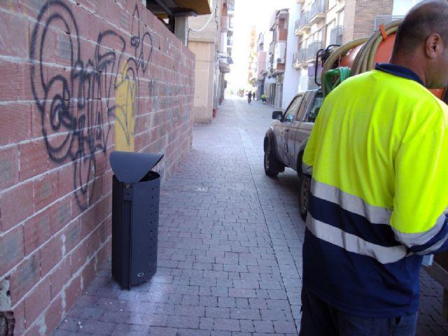 Servicios instala 51 nuevas papeleras en Puerto de Mazarrón, Foto 1