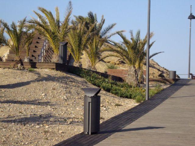 Servicios instala 51 nuevas papeleras en Puerto de Mazarrón, Foto 2
