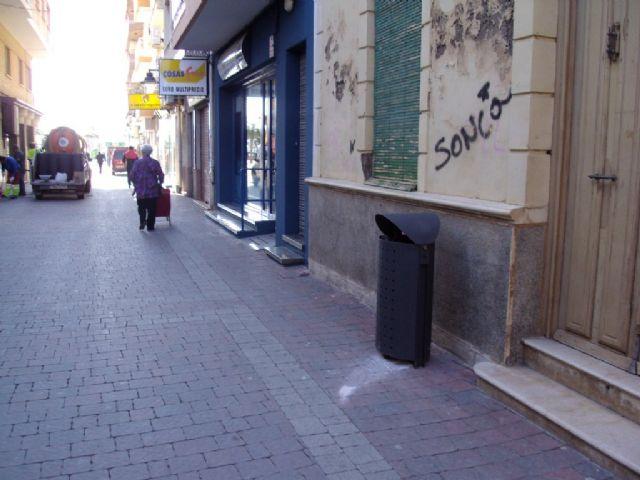 Servicios instala 51 nuevas papeleras en Puerto de Mazarrón, Foto 4