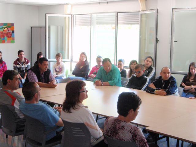 Alumnos del IES Juan de la Cierva, que cursan la asignatura de psicología, visitan el Centro Polivalente para la Discapacidad, Foto 1