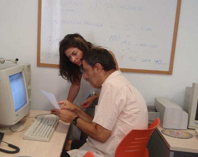 Alumnos del IES Juan de la Cierva, que cursan la asignatura de psicología, visitan el Centro Polivalente para la Discapacidad, Foto 3