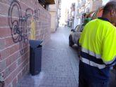 Servicios instala 51 nuevas papeleras en Puerto de Mazarrón
