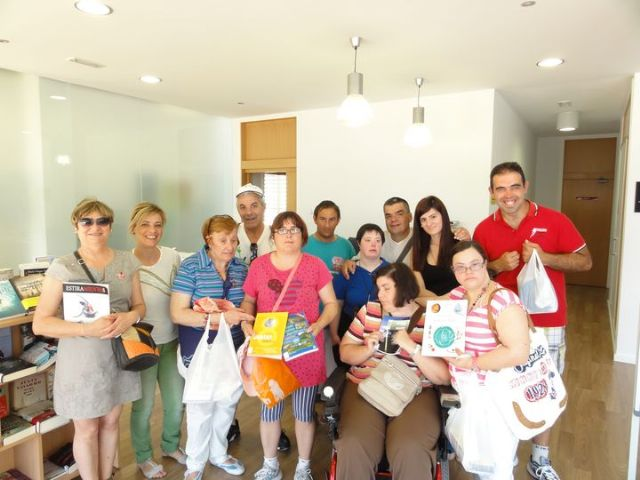 Los alumnos del Centro de Día de discapacidad intelectual José Moya Trilla visitan el centro de lectura José María Munuera y Abadía, Foto 1