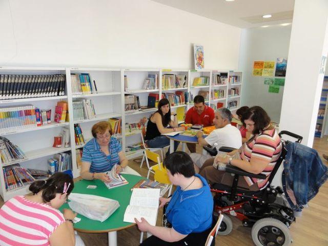 Los alumnos del Centro de Día de discapacidad intelectual José Moya Trilla visitan el centro de lectura José María Munuera y Abadía, Foto 4
