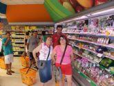Los usuarios del Centro de Día José Moya Trilla realizan una compra en un comercio del municipio para reforzar sus habilidades en la vida diaria