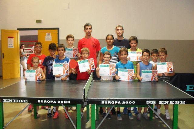 Los jóvenes de Mazarrón practican el tenis de mesa durante el verano, Foto 1