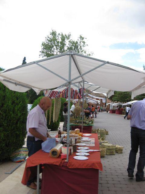 El mercadillo artesano de La Santa se celebró ayer con un gran ambiente de asistentes merced a la buena climatología matinal, Foto 2