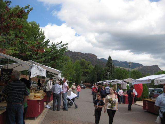 El mercadillo artesano de La Santa se celebró ayer con un gran ambiente de asistentes merced a la buena climatología matinal, Foto 3