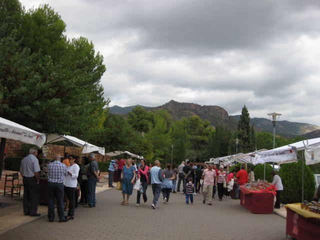 El mercadillo artesano de La Santa se celebró ayer con un gran ambiente de asistentes merced a la buena climatología matinal, Foto 4