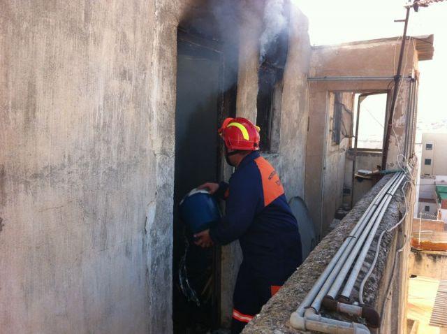 Sofocan un incendio en la azotea de un edificio de cuatro plantas de la calle Juan Antonio Requena, Foto 2