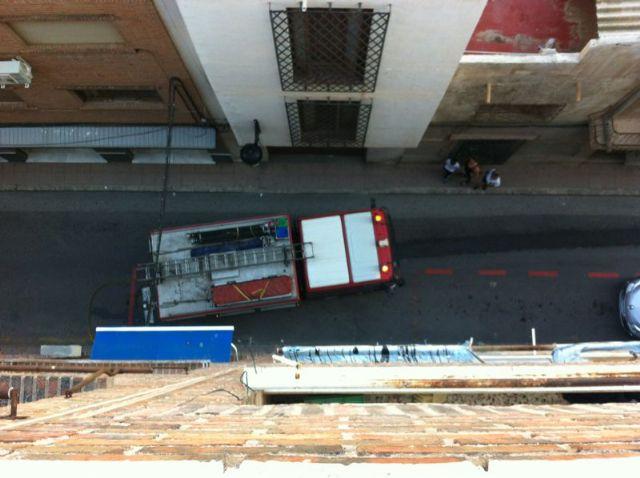 Sofocan un incendio en la azotea de un edificio de cuatro plantas de la calle Juan Antonio Requena, Foto 3