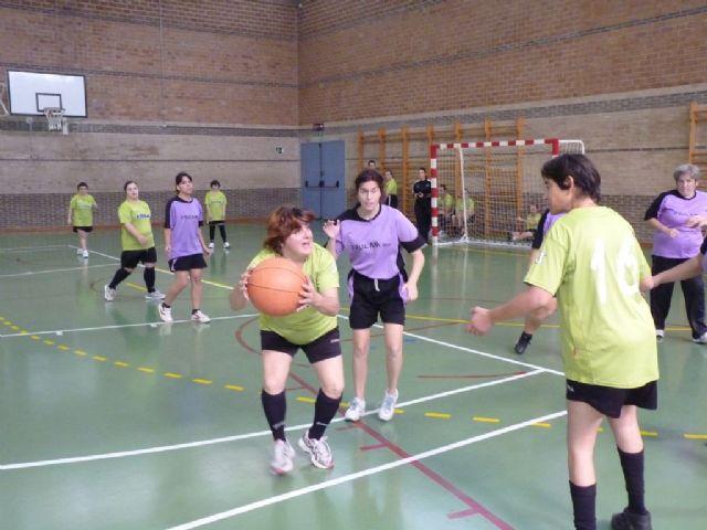 Diez usuarios del Centro Ocupacional José Moyá Trilla representaron a Totana en el Campeonato Regional de Naloncesto de Juegos Especiales, Foto 2