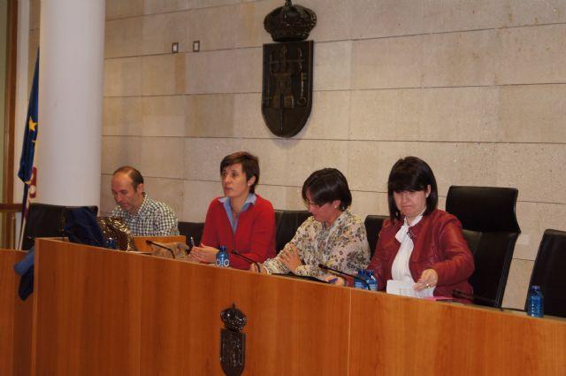 El ayuntamiento se reúne con las asociaciones de vecinos para consensuar el procedimiento de autogestión de los centros sociales del municipio, Foto 3