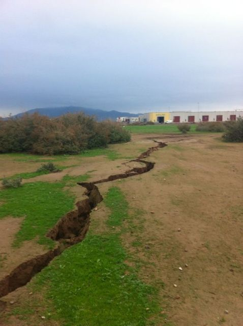The City Council requested the presence of Totana technical Geological Survey to the surprising appearance of a crack of more than 300 meters long, Foto 1