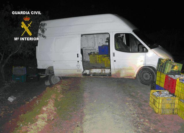 La Guardia Civil y Policía Local de Totana detienen a cinco personas por sustraer uva de una explotación agrícola, Foto 3