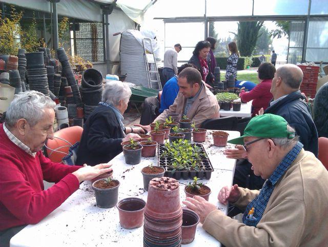 Los chicos del Centro de Día Las Salinas comparten talleres con los mayores de la Residencia Virgen del Rosario, Foto 1