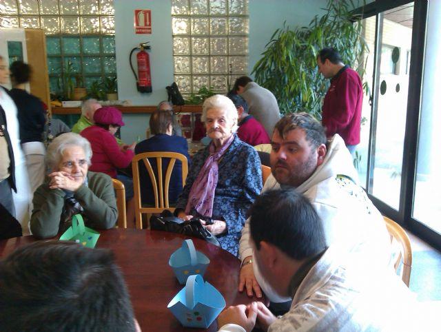 Los chicos del Centro de Día Las Salinas comparten talleres con los mayores de la Residencia Virgen del Rosario, Foto 2
