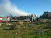 Efectivos municipales de emergencias intervienen en el incendio de un camión de transporte de animales vivos en las Ventas de El Paretón-Cantareros