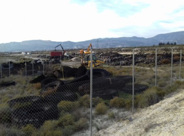 Comienza la retirada de 60 toneladas de neumáticos acumulados en un vertedero del término municipal - 1, Foto 1