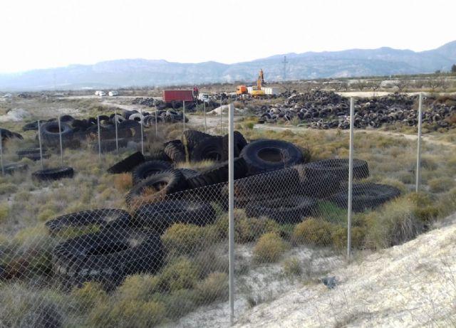Comienza la retirada de 60 toneladas de neumáticos acumulados en un vertedero del término municipal - 2, Foto 2