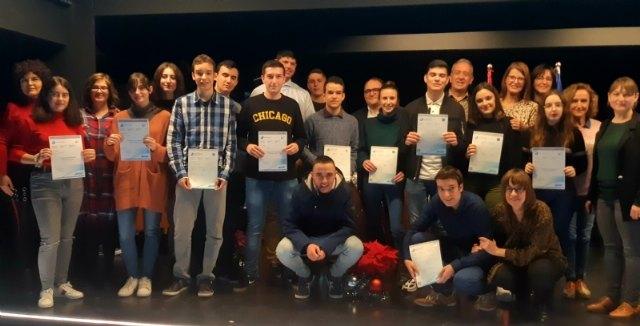 """Entregan los diplomas acreditativos a los 21 alumnos de la XIII Promoción del Bachillerato Internacional del IES """"Juan de la Cierva"""" de Totana"""