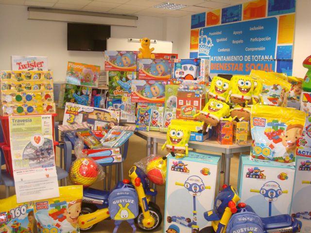 Cruz Roja y el Ayuntamiento reparten más de 140 juguetes a niños de Totana cuyas familias atraviesan una situación de necesidad, Foto 1