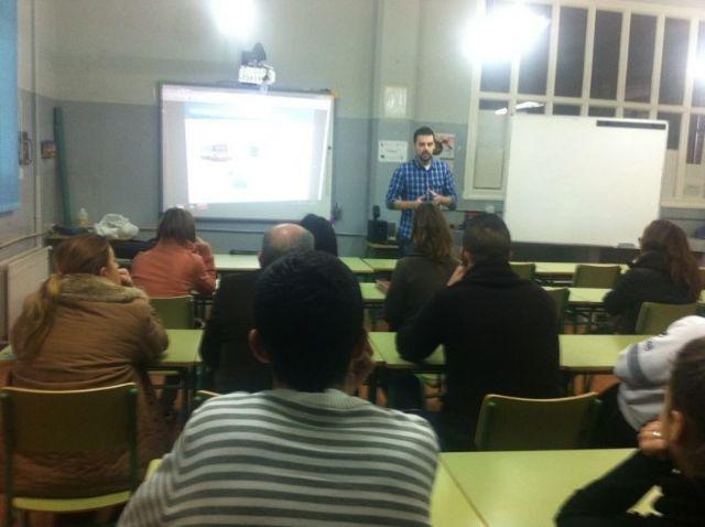 El Servicio Municipal de Emergencias imparte a los alumnos de la Escuela de Adultos una charla informativa sobre primeros auxilios, Foto 1