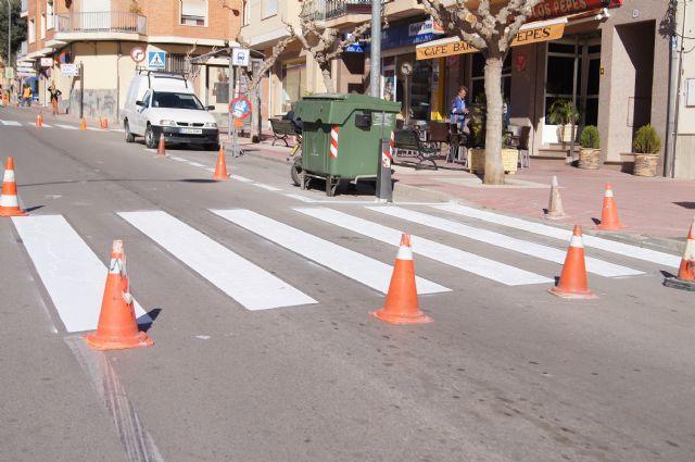 Realizan trabajos de repintado de la señalización horizontal en la Avenida de Lorca y calle General Aznar, Foto 1