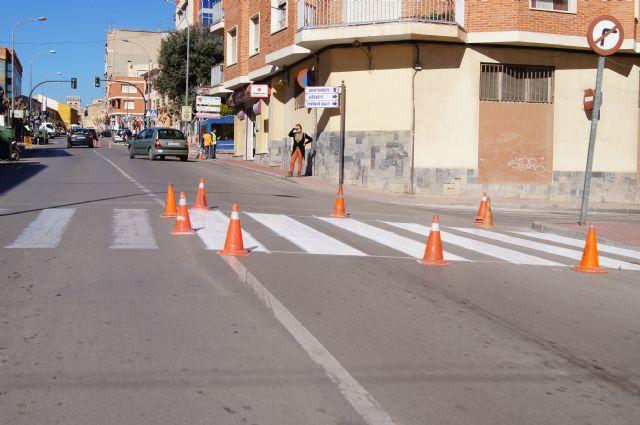 Realizan trabajos de repintado de la señalización horizontal en la Avenida de Lorca y calle General Aznar, Foto 2