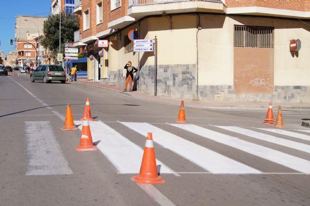 Realizan trabajos de repintado de la señalización horizontal en la Avenida de Lorca y calle General Aznar, Foto 3