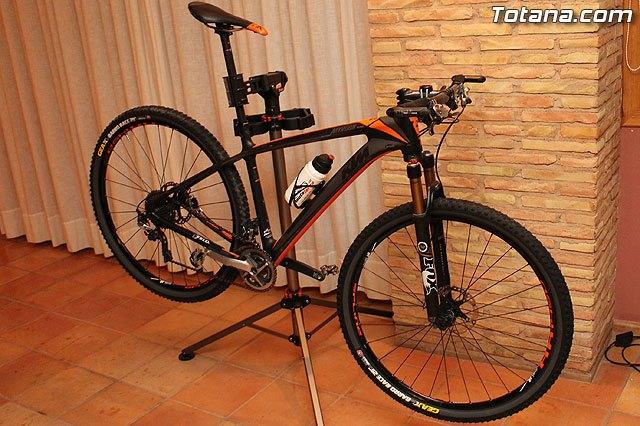 Autoridades municipales asistieron recientemente a la presentación de un equipo ciclista lorquino, que está patrocinado por una empresa totanera, Foto 2