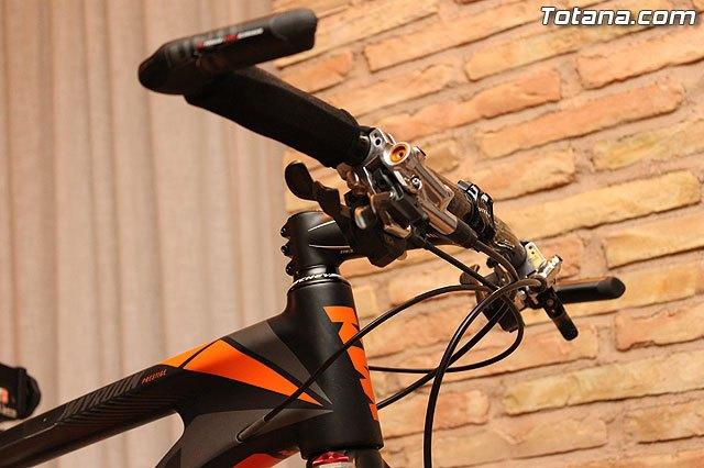 Autoridades municipales asistieron recientemente a la presentación de un equipo ciclista lorquino, que está patrocinado por una empresa totanera, Foto 3