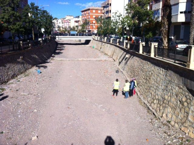 Realizan trabajos de limpieza y mantenimiento en el cauce de la rambla de La Santa a su paso por el casco urbano, Foto 1