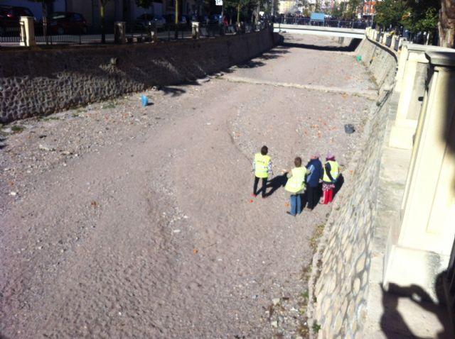 Realizan trabajos de limpieza y mantenimiento en el cauce de la rambla de La Santa a su paso por el casco urbano, Foto 2