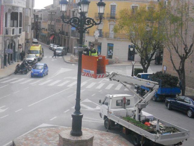 Realizan trabajos de acondicionamiento y arreglo de jardinería para los actos de la Semana Santa en la vía pública, Foto 1