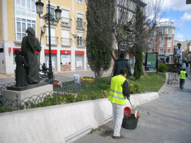 Realizan trabajos de acondicionamiento y arreglo de jardinería para los actos de la Semana Santa en la vía pública, Foto 3