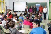 Los escolares de Mazarrón se aventuran por el mundo guiados por Juan Francisco Cerezo