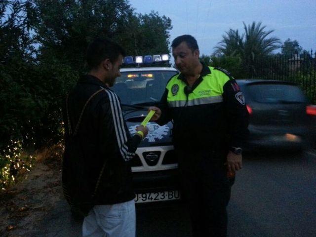 Protección Civil y Policía Local distribuyen pulseras reflectantes a viandantes y ciclistas, Foto 3