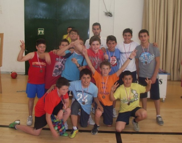 Mañana se entregan los trofeos de la fase local de Deporte Escolar de futbol sala, baloncesto, balonmano y voleibol, Foto 1