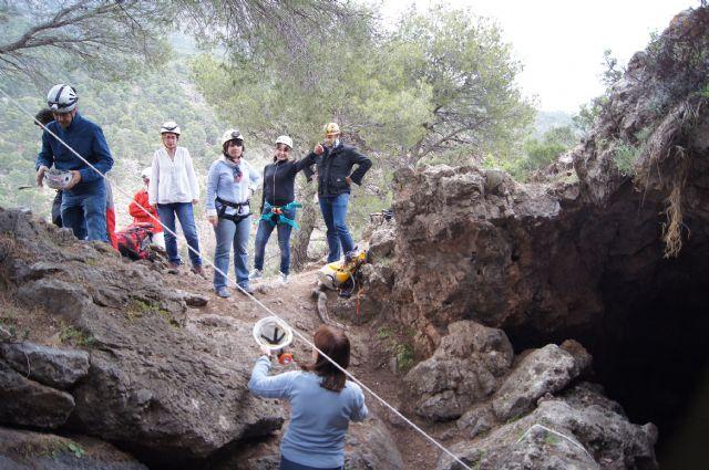 Autoridades municipales visitan la Cueva de la Moneda en el Parque Natural de Sierra Espuña, Foto 4