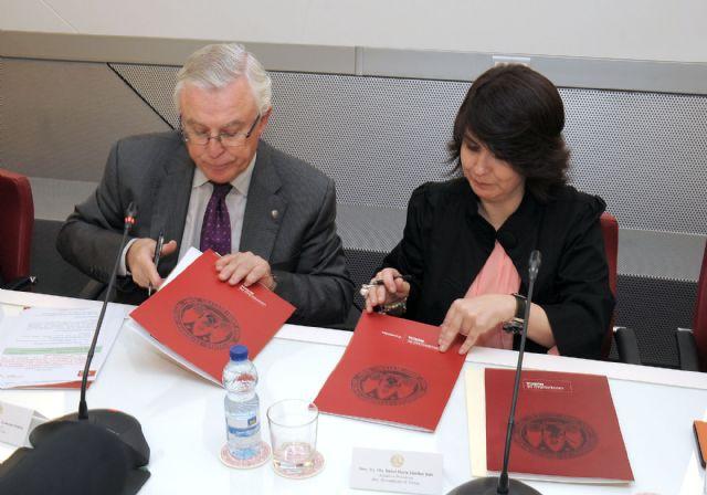 Volunteers from the University of Murcia offer tutoring in schools in Totana, Foto 1