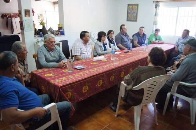 Autoridades municipales se reúnen con los vecinos de la diputación de La Sierra para conocer sus necesidades y demandas, Foto 1