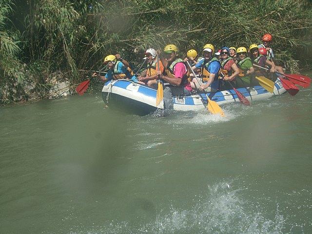 El club senderista de Totana organizó el pasado domingo 2 de Junio un descenso por el rio Segura en Rafting, Foto 1