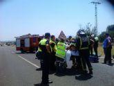 Efectivos de la Policía Local y Protección Civil asisten a la persona herida en el accidente de tráfico registrado en la Circunvalación Norte