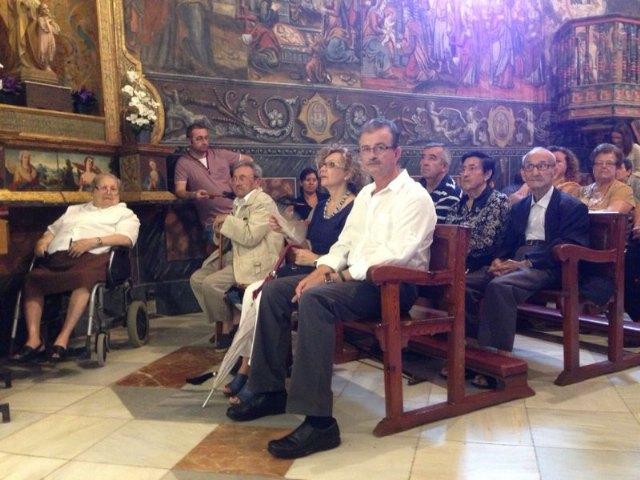 Numerosas personas asisten a la misa de difuntos del Partido Popular de Totana, Foto 2